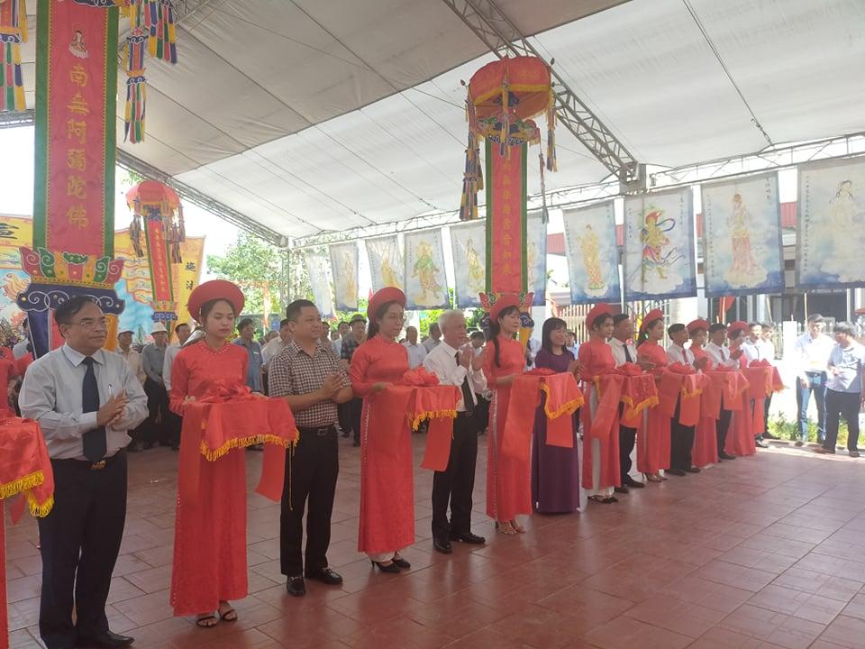 Đồng chí Nguyễn Đình Chuyến- Phó Chủ tịch UBND TP cùng lãnh đạo huyện Tiên Lãng, các sở, ngành cắt băng khánh thành dự án nâng cấp đền Hà Đới