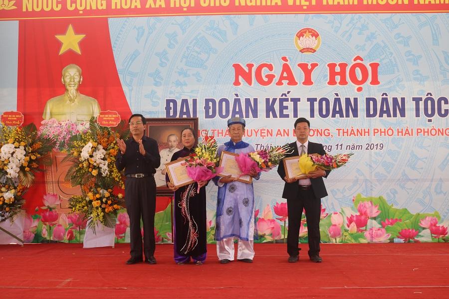 Đồng chí Cao Xuân Liên- Trưởng Ban Dân vận Thành ủy, Chủ tịch Ủy ban MTTQ Việt Nam thành phố tặng bằng khen cho các tập thể, cá nhân