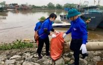 Làm sạch khu vực cầu Cảng cá Mắt Rồng