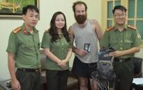 Phòng Quản lý xuất nhập cảnh CATP: Trao trả tài sản bị thất lạc cho du khách New Zealand