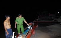 Bắt tàu hút cát trên sông Hồng