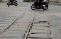 Đường tàu chạy ngang qua đường Hùng Vương xuống cấp