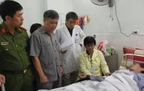Phó Chủ tịch Thường trực UBND TP Nguyễn Xuân Bình thăm, tặng quà nạn nhân bị TNGT