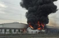 Kịp thời dập tắt đám cháy kho nguyên liệu ở Cụm công nghiệp Tân Liên