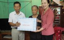 Phó Bí thư Thường trực Thành ủy Nguyễn Thị Nghĩa thăm, tặng quà gia đình chính sách