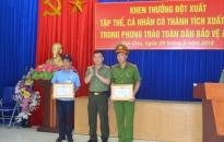 Khen thưởng 4 cá nhân có thành tích xuất sắc trong phong trào bảo vệ ANTQ