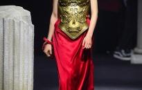 """BST Moschino Pre-Fall 2019 """"tái hiện"""" lịch sử thời trang Châu Âu"""