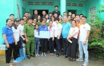 Phòng Cảnh sát Hình sự CATP và các nhà hảo tâm trao quà tặng thiếu nhi huyện Cát Hải