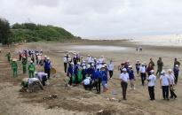 Hơn 600 người tham gia dọn rác tại bãi biển Đồ Sơn