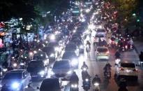Tiềm ẩn nguy cơ mất ATGT do phương tiện bật đèn pha trong phố