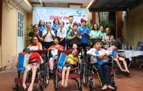 Trao 10 xe lăn tặng trẻ khuyết tật vận động