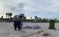 Bãi biển Bãi Cháy hứng 6 tấn rác từ du khách mỗi ngày