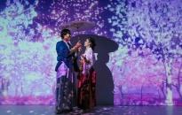 Du khách phấn khích trải nghiệm 'cơn mưa hoa 3D' tại Lễ hội mặt trời mọc