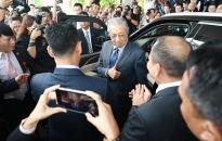 Thủ tướng Malaysia dùng thử xe Vinfast