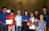 Đoàn thanh niên phường Bàng La (Đồ Sơn): Tặng quà gia đình có hoàn cảnh khó khăn
