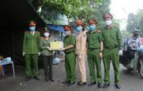 Công an huyện An Lão tặng 600 khẩu trang kháng khuẩn, 15 chai dung dịch sát khuẩn tại 2 chốt kiểm soát dịch bệnh COVID-19