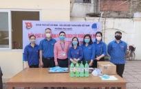 Đoàn phường Trại Chuối (Hồng Bàng): Phát khẩu trang, găng tay, dung dịch sát khuẩn cho các hộ nghèo