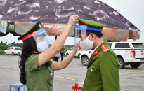 Hội Phụ nữ - Đoàn Thanh niên Phòng An ninh kinh tế:  Trao 700 tấm chắn giọt bắn tặng các chiến sỹ tại chốt kiểm soát