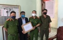 Công an xã Đại Hợp (Kiến Thụy) tặng 140 chai nước sát khuẩn tới các trường học trên địa bàn