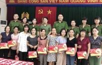 Công đoàn Công an quận Lê Chân:  Trao tặng 43 suất quà Trung thu cho con nuôi công đoàn  và đoàn viên công đoàn