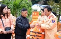 Trao áo và phao cứu sinh cho ngư dân khu vực bến Rừng