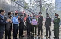 Phó Chủ tịch UBND TP Nguyễn Đức Thọ trao thưởng lực lượng PCCC Công an thành phố 50 triệu đồng sau khi dập tắt vụ cháy tại quán karaoke MJM, số 24 đường Trần Phú,