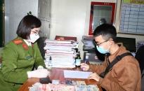 Phòng Cảnh sát QLHC về TTXH – Công an thành phố: Trao trả tài sản đánh rơi cho người dân