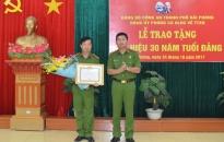Đảng ủy Phòng PC64: Trao huy hiệu 30 năm tuổi Đảng