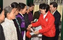 Hội Chữ thập đỏ thành phố trao 200 suất quà tặng hộ nghèo