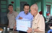 Phó Chủ tịch UBND TP Nguyễn Văn Thành thăm, tặng quà các gia đình chính sách tại huyện Cát Hải, An Lão