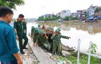 Bộ CHQS thành phố di dời quả bom trên sông Tam Bạc về vị trí an toàn