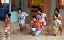 Trao 93 suất quà cho trẻ em nhiễm HIV