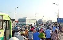 Ùn tắc giao thông nghiêm trọng tại cầu Niệm