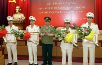 Đảng ủy CATP tổ chức trao huy hiệu 30 năm tuổi Đảng