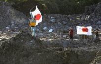 10 người Nhật cắm cờ trên đảo Senkaku