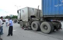 Xe container cuốn xe máy vào gầm trên đường Lê Hồng Phong