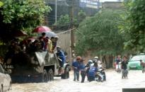 Xe quân dụng lội nước chở thí sinh đến trường thi