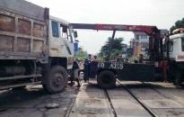 Tàu lửa tông xe tải, gây tai nạn liên hoàn