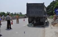 Đi xe máy đâm vào xe tải đang sửa, hai người chết