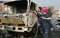 Xe tải bốc cháy trên đường dẫn cầu Thanh Trì