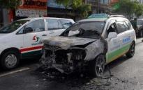 Xe taxi đang chạy bất ngờ bốc cháy, bị hư hỏng nặng