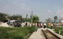 Tàu hỏa bị lật, hư hỏng nặng vì đâm vào xe ôtô tải