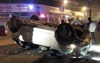 'Siêu xe' Porsche lật ngửa, tan nát giữa phố