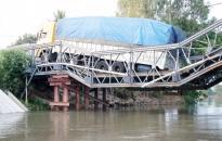 Xe chở 46 khối gỗ lơ lửng trên cầu sập