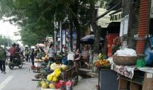 Hàng bán hoa quả tràn xuống lòng đường Trường Chinh