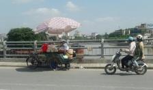 Bán hàng lưu động trên cầu Tam Bạc