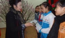Trao 50 suất quà tặng trẻ em tại quận Dương Kinh