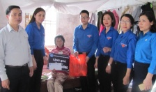 Đoàn thanh niên Bảo hiểm xã hội thành phố tặng quà hộ chính sách