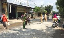 CSGT dọn đá rơi vãi trên đường, đảm bảo ATGT