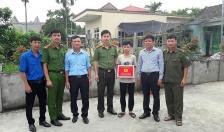 Công an huyện An Dương tặng quà học sinh nghèo vượt khó xã Đặng Cương